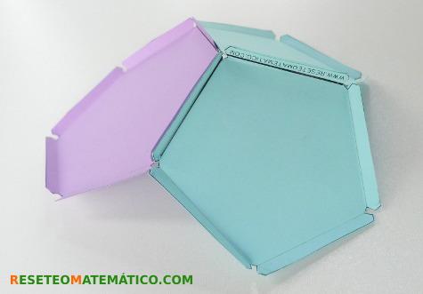 Tres piezas unidas con una goma elástica