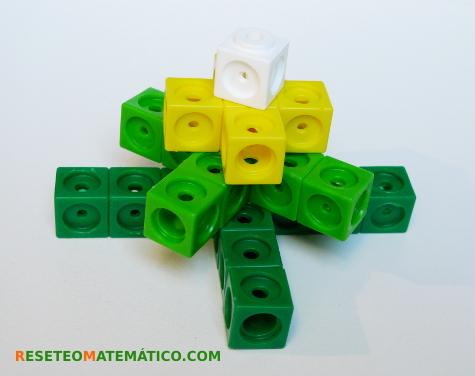 Secuencia geometrica hecha con policubos. Suma de piezas en cruz