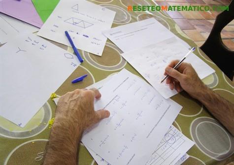Participante trabajando en el problema de los cuatro cuatros. Cómo fue el taller en el FACE 2017